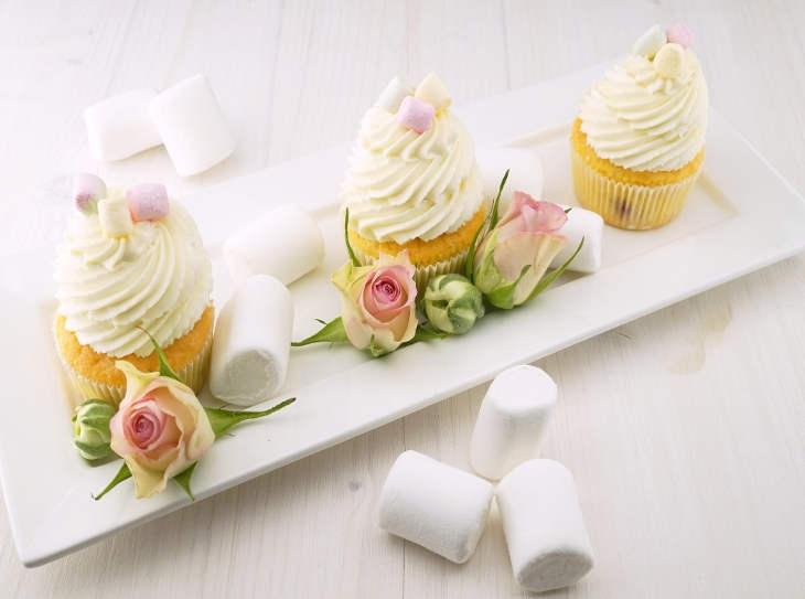 Torta marshmallow: come attarccarli senza farli cadere e come usarli nei dolci