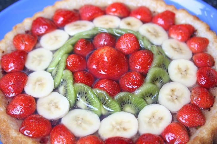 Fresca, leggera e golosa: la crostata di fragole, banane e kiwi