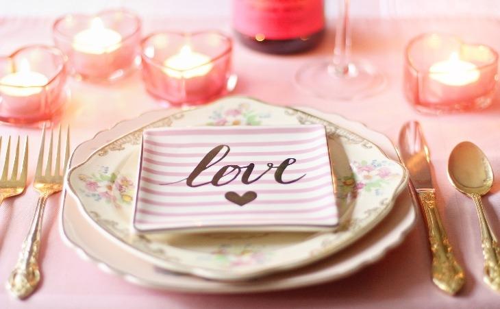 Come apparecchiare la tavola per la cena più romantica dell'anno
