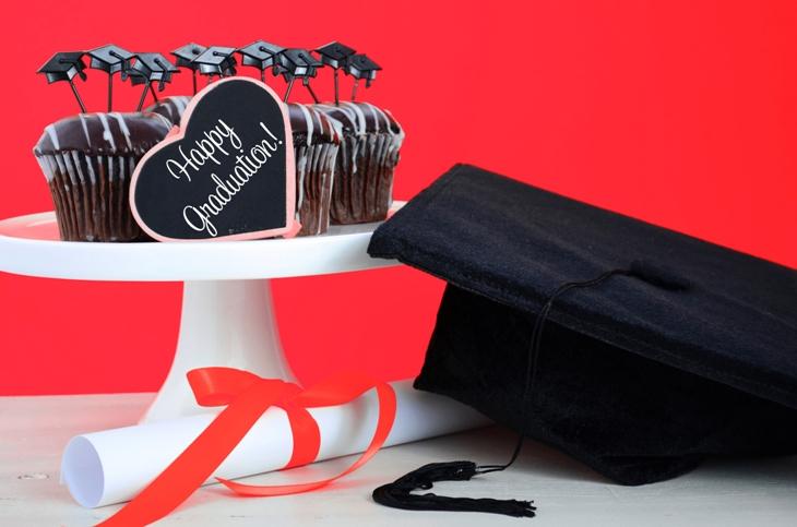 Dolci di laurea divertenti e golosi: come stupire gli invitati con un dessert scenografico