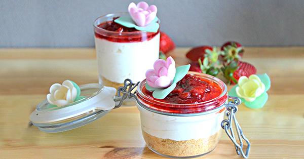 Bicchierini allo yogurt con decorazioni floreali