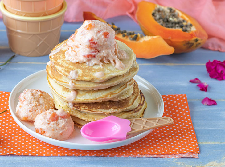 Pancakes con frozen yogurt alla papaya