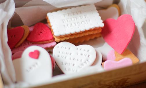 Vi stupirete dell\u0027amore che può contenere una scatola di biscotti fatti in  casa biscottini al burro decorati con l\u0027aiuto di pasta di zucchero e di  uno