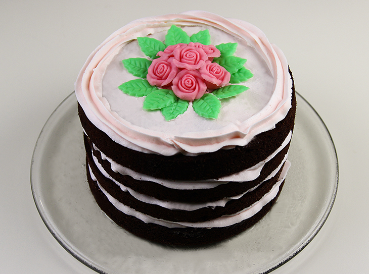 Naked cake con rose in pasta di zucchero